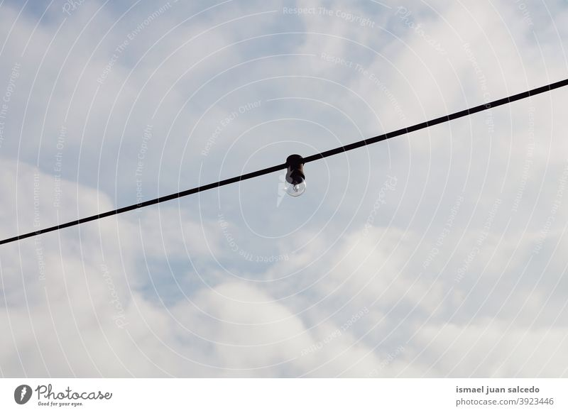 Glühbirne auf der Straße Licht Kabel Knolle Himmel blau Draht Linie Elektrizität elektrisch Industrie sehr wenige Energiewirtschaft Elektrisches Gerät