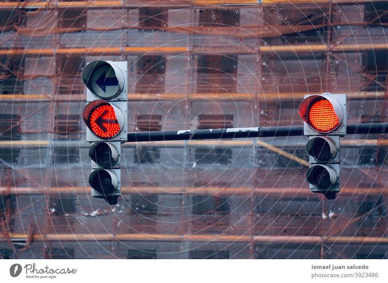 alte Ampeln in rot Semaphor Licht signalisieren Straße Ermahnung Verkehr Großstadt Verkehrsschild Zeichen Symbol Weg Vorsicht Straßenschild Beratung Sicherheit