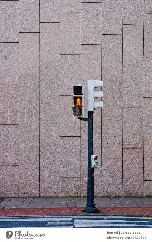 Ampel auf der Straße Semaphor Licht signalisieren Ermahnung Verkehr Großstadt Verkehrsschild Zeichen Symbol Weg Vorsicht Straßenschild Beratung Sicherheit