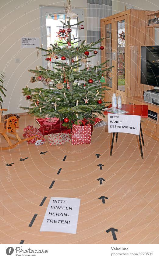 Weihnachtsbaum in Zeiten von Corona christbaum covid 19 covid19 pandemie stosslueften weihnachten fest feier wohnzimmer weihnachtsschmuck christbaumschmuck