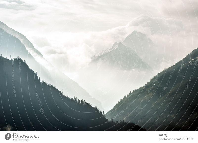 V-Auschnitt ist in.  Diesiger Blick ins Untertal Schlucht Gipfel Schneebedeckte Gipfel Rohrmoos-Untertal Placken Mandlspitze Ennstaler Alpen Schladminger Tauern
