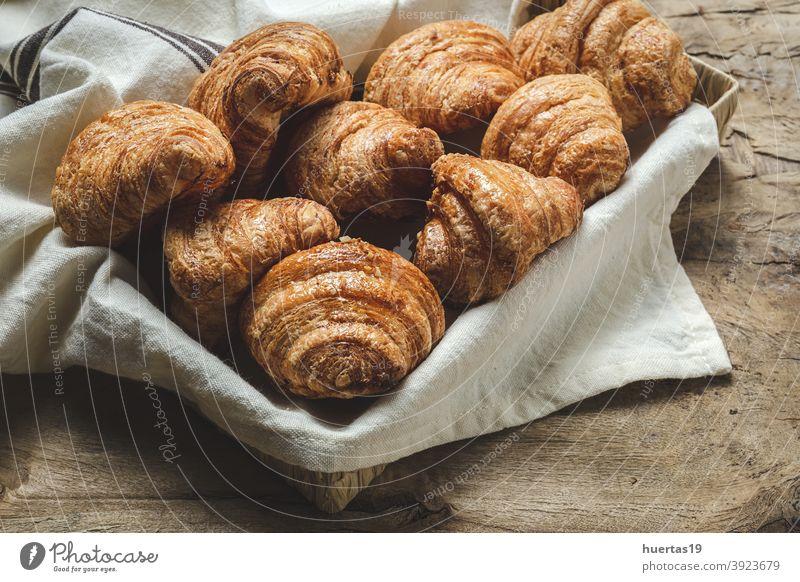 Französisch Hausgemachte frische Croissants Lebensmittel Gebäck Frühstück Brot lecker Bäckerei Dessert süß Snack Hintergrund geschmackvoll Morgen Mahlzeit