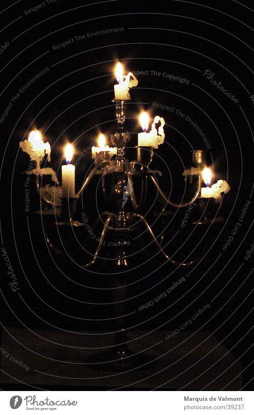 kurz vor dunkel #2 alt Wärme Stimmung Beleuchtung glänzend Wassertropfen Kerze Physik Häusliches Leben Innenarchitektur Burg oder Schloss Möbel historisch silber bizarr