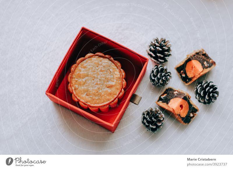 Traditioneller Mondkuchen, der während des Mondkuchenfestes oder des Mid-Autumn-Festivals serviert wird Mittherbstfest Draufsicht September traditionell
