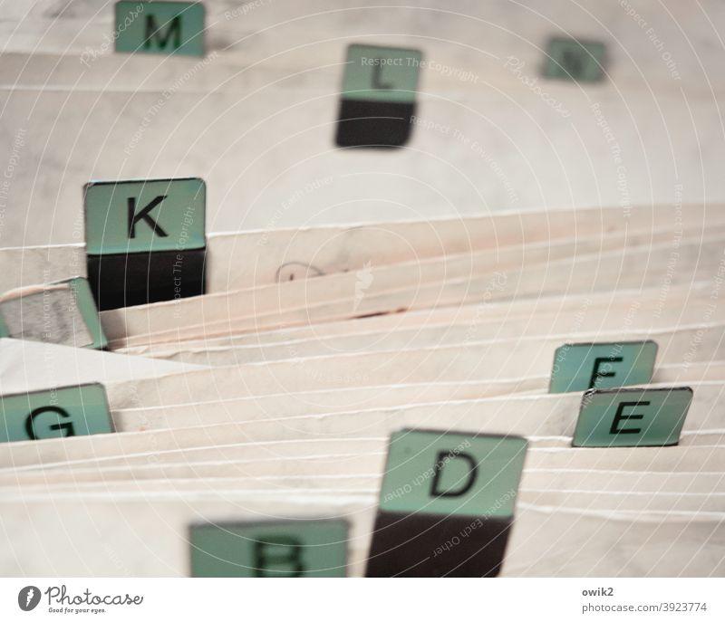 Unordnung Kladde System Pappe Kunststoff Bürokratie einsortieren Buchstaben alphabetisch alphabetische reihenfolge Ordnung Farbfoto Menschenleer Tag