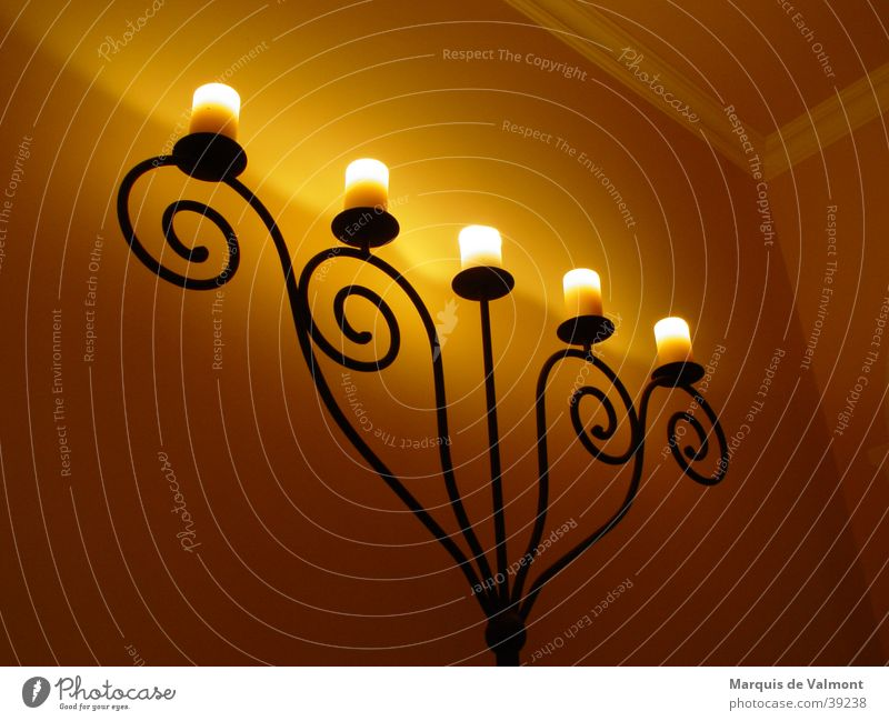 am abend, als die sonne schlief... Leuchter Kerzenschein Schmiedeeisen Eisen Ornament Schnecke klassisch Altbau Ambiente Stuck Wohnung Licht gelb Wand Nacht