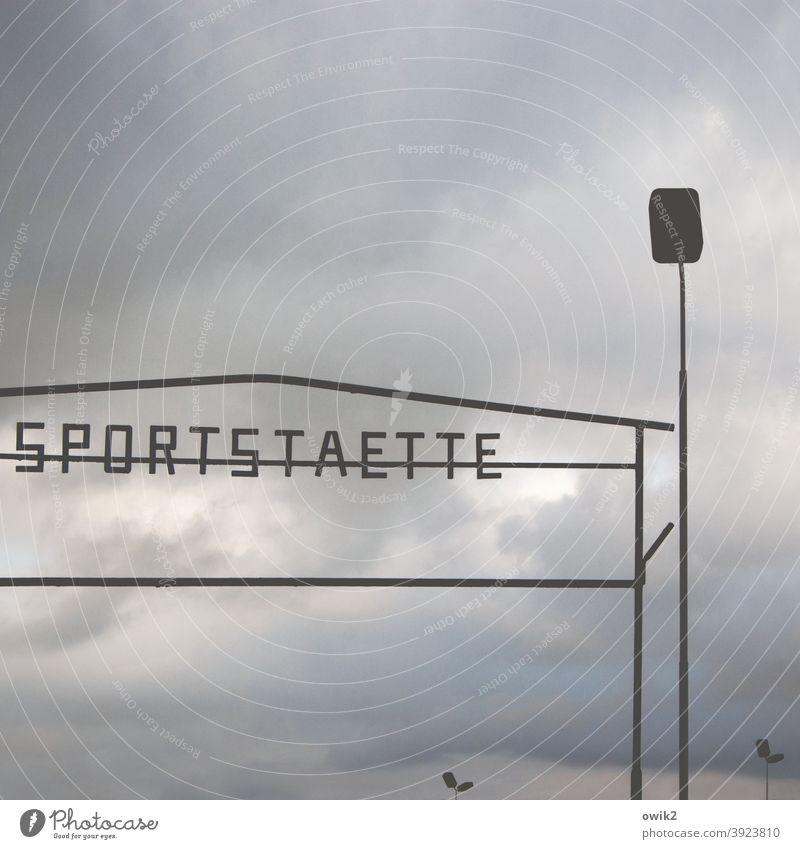 Bisschen zackig Sportstätten Zaun Stahl Tag Kontrast Silhouette Freizeit & Hobby Himmel Wolken einfach Typographie Druckbuchstaben Großbuchstaben Laternenpfahl