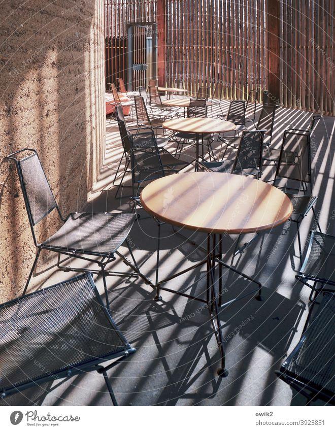 Stühle, Tische, Streifen Café Innenraum geheimnisvoll abstrakt geschlossen Gastronomie Sitzgelegenheit leer
