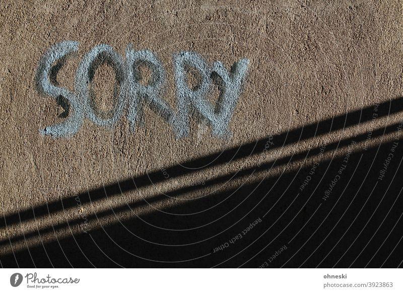 Sorry Graffiti Wand Fassade Schriftzeichen Buchstaben Typographie Außenaufnahme Mauer Menschenleer Jugendkultur Straßenkunst trashig sorry Vergebung