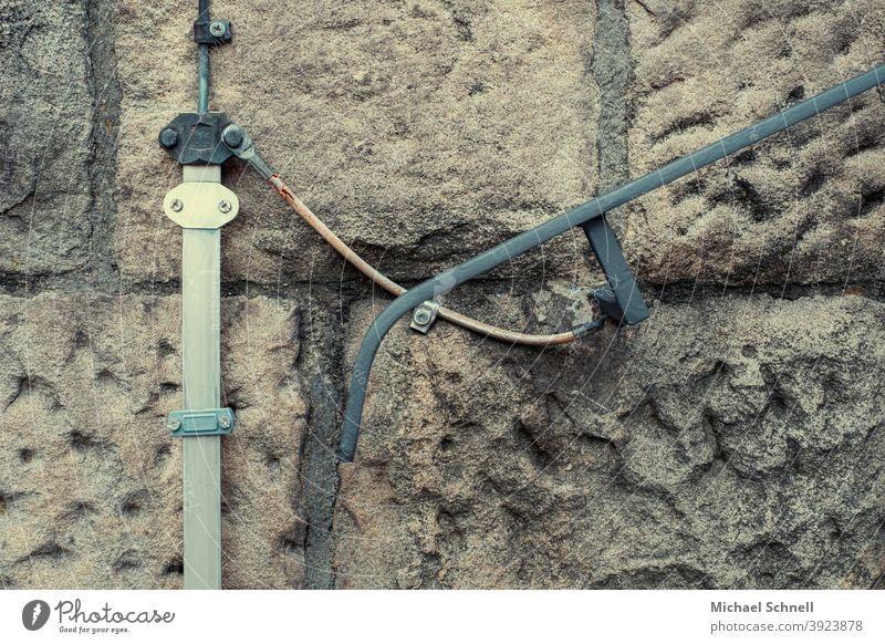 Mauer, Geländer und Kabel alter Stein Hauswand Wand Menschenleer Außenaufnahme Farbfoto Gebäude trist