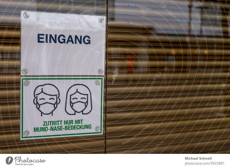 Geschlossener Eingang mit Aufforderung, eine Mund-Nase-Bedeckung zu tragen. I corona thoughts mund-nasen-schutz Mund-Nasen-Maske Mund-Nasen-Bedeckung