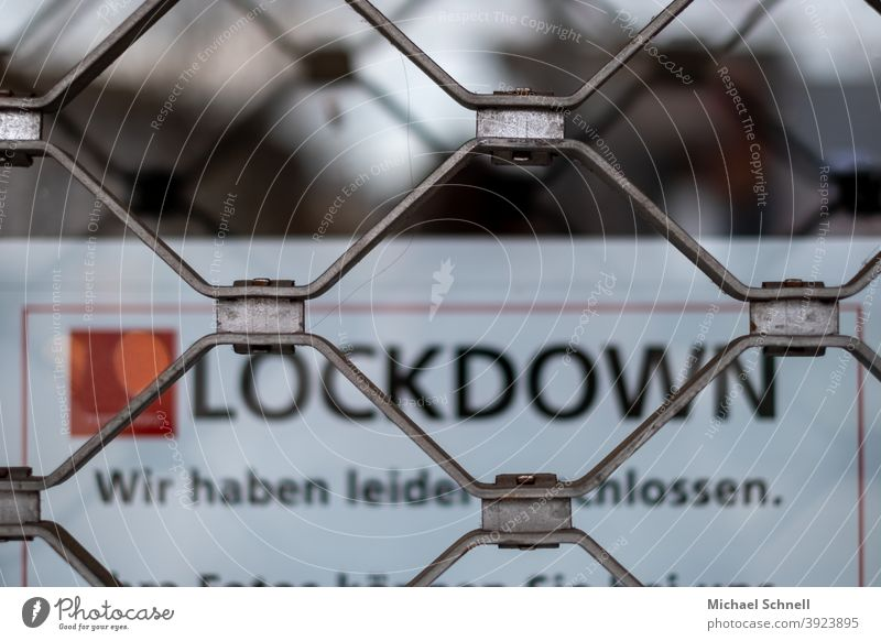 "Geschlossenes Geschäft mit Gitter und Schriftzug ""Lockdown - Wir haben leider geschlossen."" I corona thoughts Corona Pandemie Corona-Virus Coronavirus"