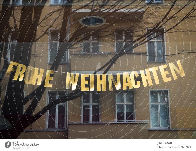 Frohe Weihnachten Reflexion & Spiegelung Schaufenster Dekoration & Verzierung Fassade gegenüber Strahler geschlossen licht aus kahler Baum diesig Goldschrift