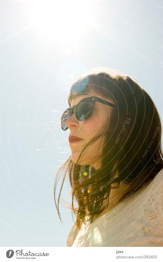 sommertag feminin Junge Frau Jugendliche Erwachsene Wolkenloser Himmel Sonne Sommer Wind Wärme Sonnenbrille brünett träumen frei Gesundheit trendy einzigartig