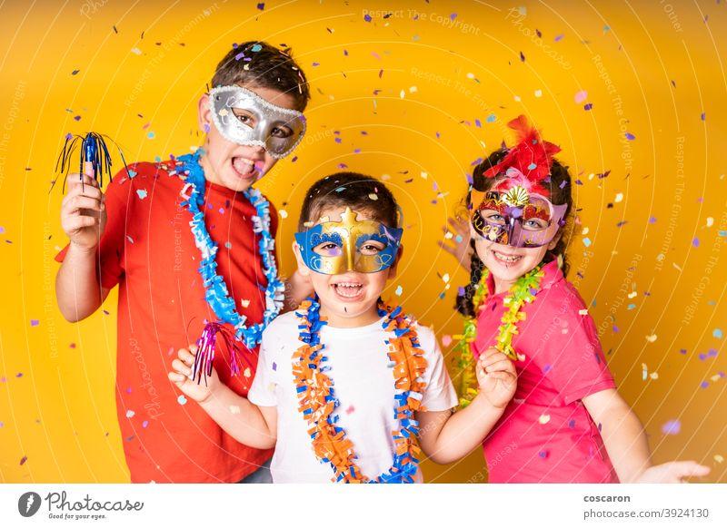 Drei Kinder, die zu Hause Karneval oder Silvester feiern Hintergrund schön Geburtstag Junge Verschlussdeckel zu feiern Feier heiter Kindheit Bekleidung Konzept