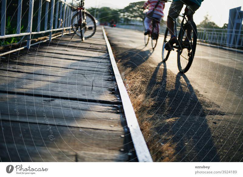 Menschen, die die Brücke mit dem Fahrrad überqueren im Freien Person Radfahrer Lifestyle Fahrradfahren Mann Erholung Sport Transport Erwachsener Straße