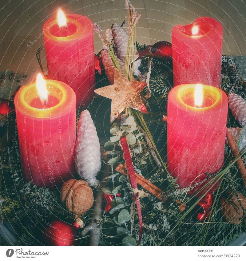 besinnlich Kerzen brennen Weihnachten Hoffnung Adventskranz 4 Licht Wärme Feiertage Sonntag Kerzenschein Dekoration & Verzierung Weihnachten & Advent