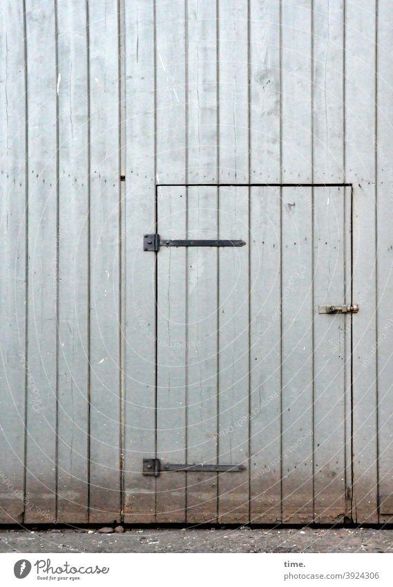 Entrees (31) oldstyle hochwasserspuren tageslicht verschlossen zu holz metall eingang tür riegel scharnier eisenwaren trashig alt linien senkrecht verschlag