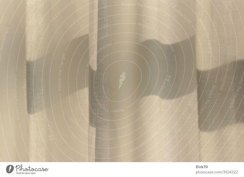 Beigefarbener Vorhang mit Faltenwurf und Schatten Vorhangstoff Stoff hängen Menschenleer Gardine Fenster Licht Häusliches Leben Innenaufnahme