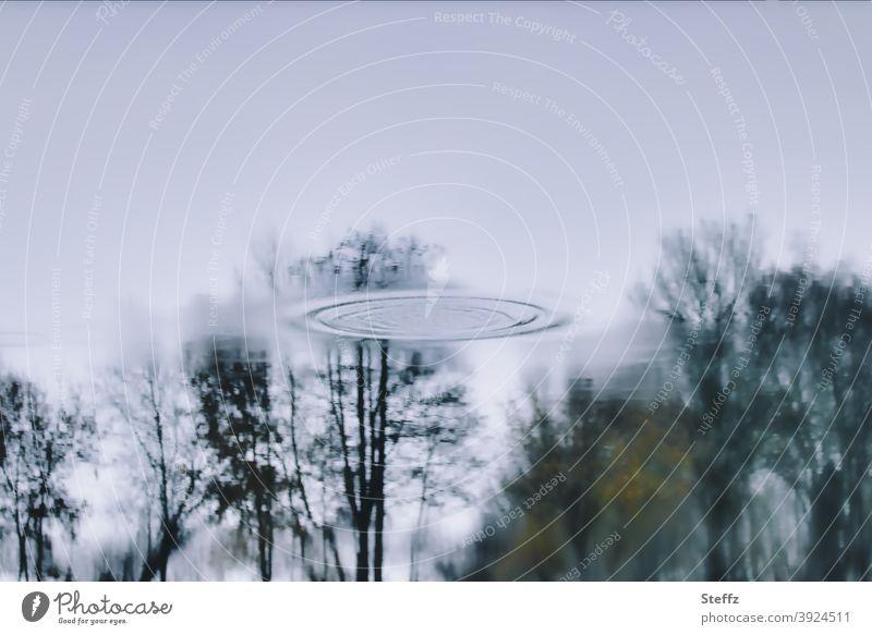 die Landung UFO UFO Sichtung Ufolandeplatz Aliens außerirdisch Außerirdische fliegende Untertasse Raumfahrzeug grau graublau ungewiss Ungewissheit rätselhaft