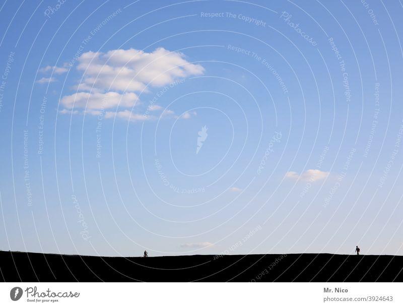 Fußgänger und Radfahrer Licht & Schatten Wanderer schwarz Silhouette Mensch blau Wolken Himmel Wanderung wandern Schönes Wetter abstand halten coronavirus