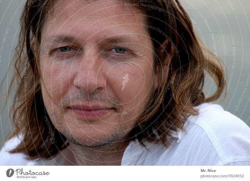 männliches Portrait Gesicht Porträt Mann Hemd beobachten Zufriedenheit trendy natürlich Oberkörper selbstbewusst Ausdruck jung Lächeln 3-tage-bart Dreitagebart