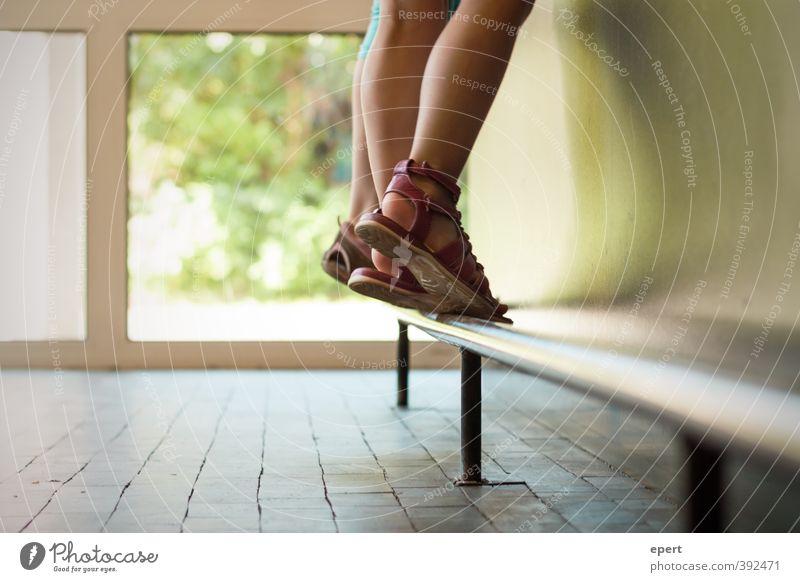Thekenkinder Beine Fuß stehen Fröhlichkeit Perspektive Leichtigkeit Mensch Sandale Schuhe Aktion