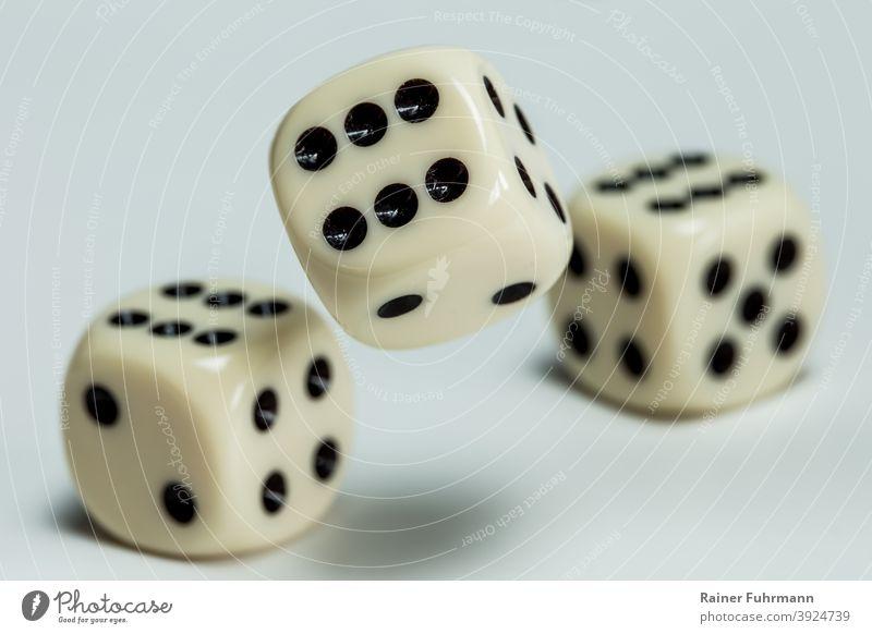 Würfel werden auf einen Tisch geworfen Spiele Würfelspiel Glück Pech würfeln Glücksspiel Spielen Spielsucht Farbfoto Freizeit & Hobby Innenaufnahme Spielkasino