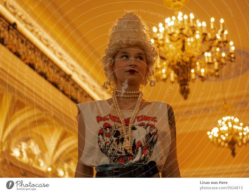 Alternative Mode Prinzessin mischt Retro-Vintage-Stil mit einigen neuen modernen Stücke. Dieses Bild ist in einem Herrenhaus mit einigen schönen Dekor und Kronleuchter genommen. Es fühlt sich an wie zwei verschiedene Jahrhunderte kombiniert werden und es funktioniert perfekt.