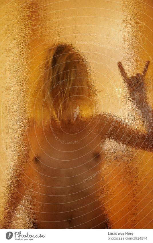Nacktes Mädchen mit einem perfekten Körper hinter der Glastür. Ein Stück erotische Fotografie, aber mit einigen Filter auf. hinter dem Glas nacktes Mädchen