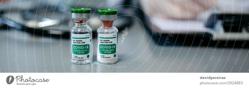 Zwei Fläschchen mit Coronavirus-Impfstoff Impfstoff-Dosis covid-19 Impfung Konzept Flasche Ampulle medizinisch Virus Transparente Netz Kopfball Panorama