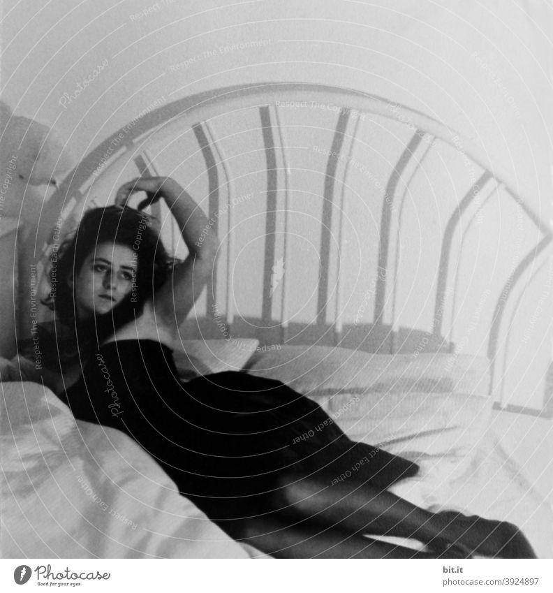 bitti liegt l mal wieder Frau Junge Frau feminin 18-30 Jahre Bett sinnlich Sinnlichkeit Ballkleid elegant Eleganz verführerisch Verführung Versuchung Körper