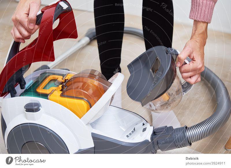 Frau nimmt Behälter mit Staub aus dem Staubsauger Vakuum Raumpfleger Reinigen heimwärts Vorleger heimisch Stock Arbeit Hausarbeit Haushalt Staubwischen Gerät