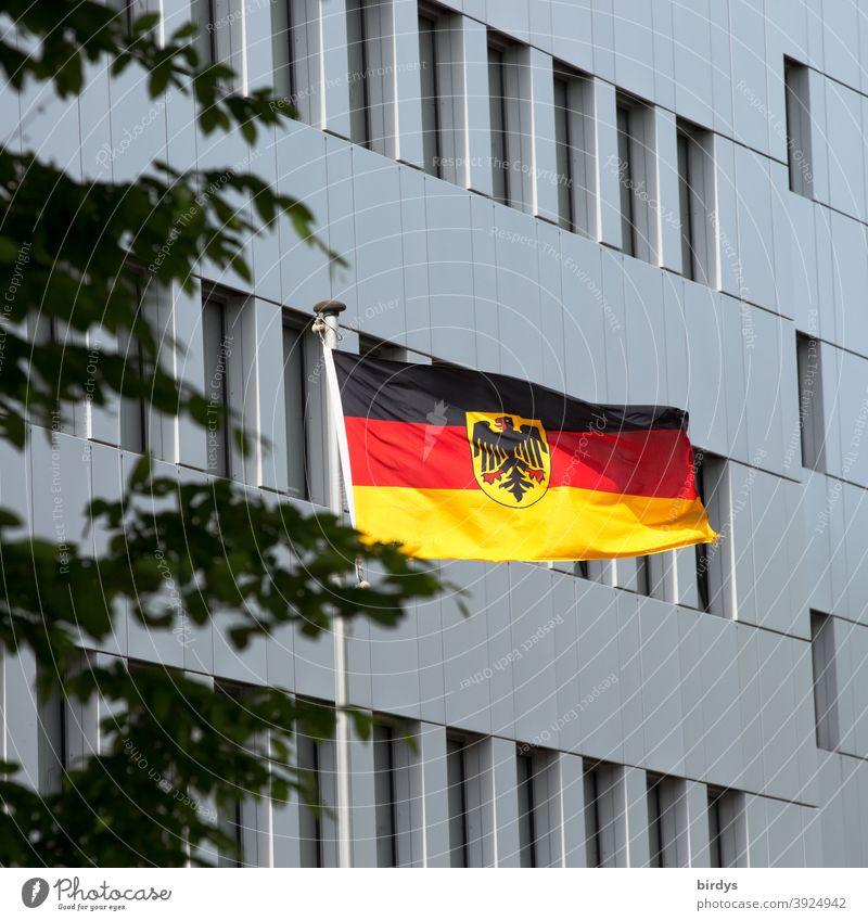 Deutschlandflagge mit Bundesadler vor einem staatlichen Gebäude weht im Wind BRD Flagge Fahne Patriotismus Nationalflagge Politik & Staat Deutsche Flagge wehen
