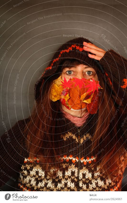 Morgen ist ja schon Weihnachten. Frau Mensch Maske Gesicht Gesichtsmaske Schutz Schutzmaske Mundschutz Coronavirus Pandemie Prävention Virus Gesundheit