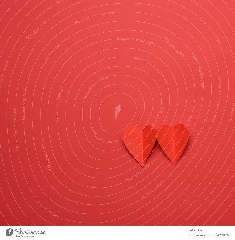 zwei Papierherzen auf einem roten Hintergrund Geschenk Gruß handgefertigt Herz Feiertag Einladung kennzeichnen Liebe Heirat präsentieren romantisch Form Zeichen