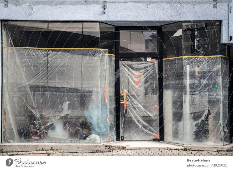 Bittere Zeiten Geschäftsaufgabe Pandemie COVID Schließung pleite geschäftsaufgabe Insolvenz Einzelhandel Schaufenster Ladengeschäft geschlossen Krise Leerstand