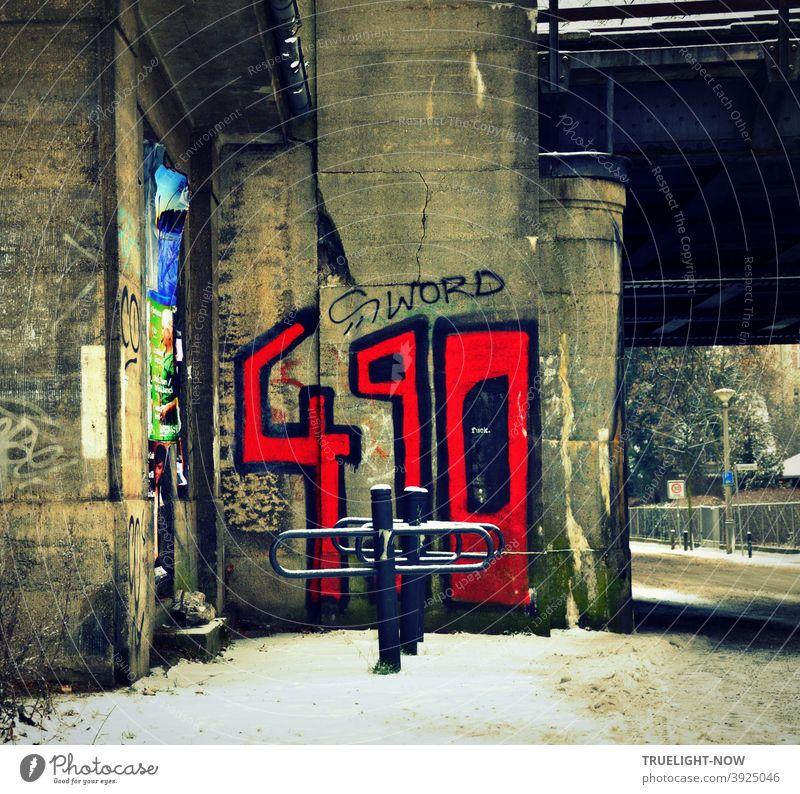 Durch's wilde Babelsberg im Winter mit schmutzigem Schnee, einer Bahn-Unterführung, fett blutroten Graffiti Zahlen 490 und S word schwarz geschrieben auf grauem Betonpfeiler, leerer Fahrradständer, Straße, Gartenzaun, Laterne