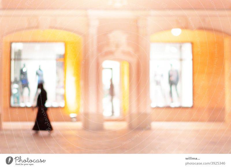entspannt online shoppen Laden Shop Mensch Schaufenster Geschäft Modesalon Kaufhaus Modegeschäft virtuelle Realität online shopping Onlineshop beleuchtet