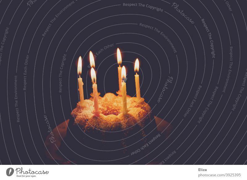 Geburtstagskuchen mit brennenden Kerzen Geburtstagskerzen Kuchen happy Birthday Geburtstagsfeier Guglhupf Feste & Feiern Kindergeburtstag Happy Birthday