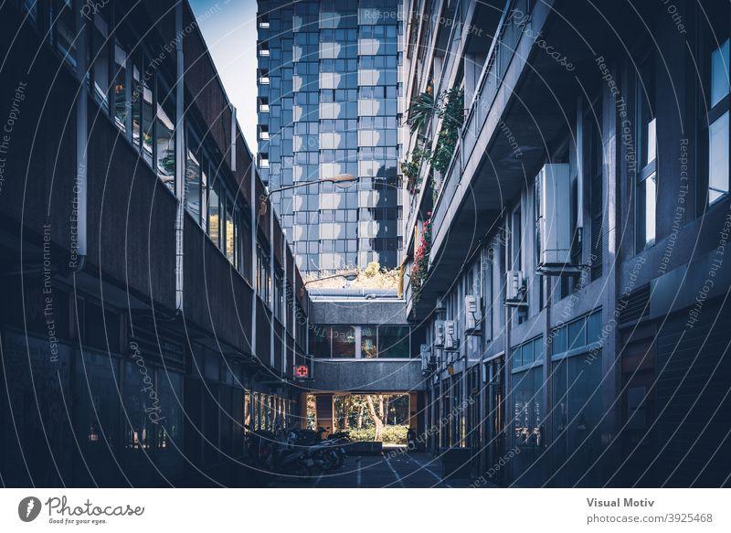 Dunkle Gasse und moderne Gebäude einer zeitgenössischen Stadt Architektur Fassaden Außenseite Konstruktion Strukturen Fronten Fenster urban Metropolitan