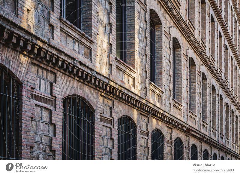 Fensterreihen einer alten restaurierten Industriefabrik Architektur Fabrik Gebäude Fassade Außenseite Struktur Konstruktion urban Metropolitan industriell