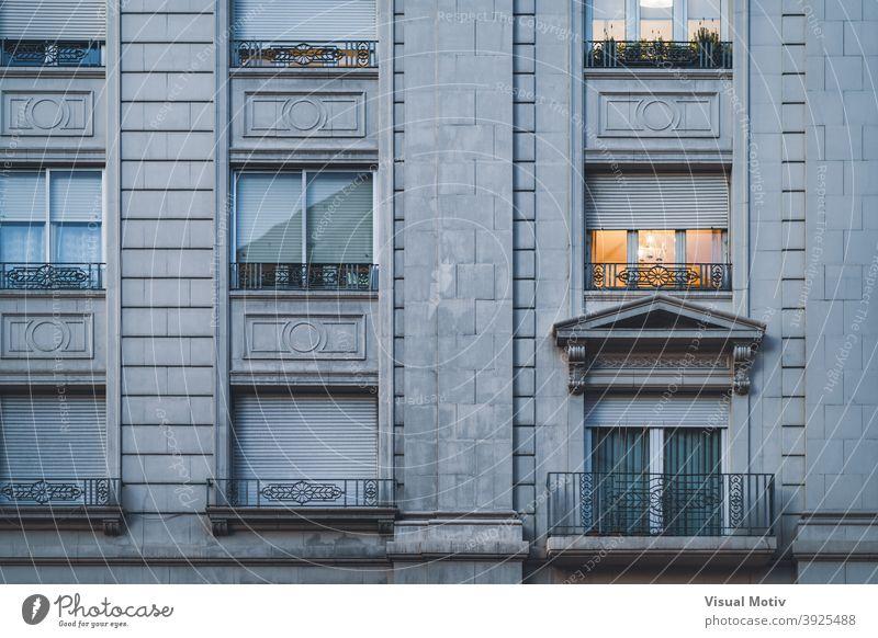 Balkon und Fensterreihen eines städtischen Wohnhauses im neoklassizistischen Stil Architektur Gebäude Fassade neoklassisch Außenseite Struktur Konstruktion