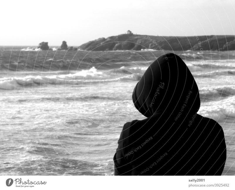 Blick nach vorne... Meer Mensch Kapuze Hoodie Wellen Ausblick Weitblick vorwärts Kontrast Horizont Küste Ozean Brandung Gischt Strand Wellengang Urelemente