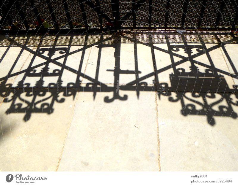 Des Tores Schatten... Eingangstor Schmiedeeisen England Tür geschlossen alt Eingangstür Strukturen & Formen Schloss Metall Sicherheit Außenaufnahme Menschenleer