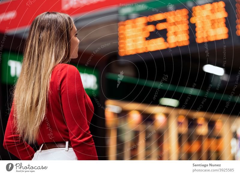 Mädchen im Bahnhof Rückansicht Blick blond gesichtslos Station Frau jung copyspace Panel Info-Panel lässig Model Ausflugsziel reisen Reisender allein