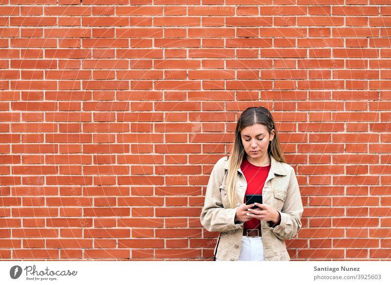 Junges Mädchen mit Telefon copyspace Kaukasier blond per Telefon Funktelefon Porträt Vorderansicht jung Frau Lächeln Smartphone benutzend Mitteilung