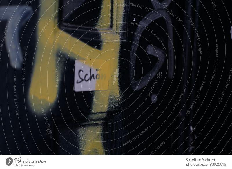 """Haustür mit Graffiti und einem weissen Kleber mit der Aufschrift """"Schön"""" Tür alt Gebäude Fassade Wand Mauer Außenaufnahme Menschenleer Farbfoto Fenster Tag"""