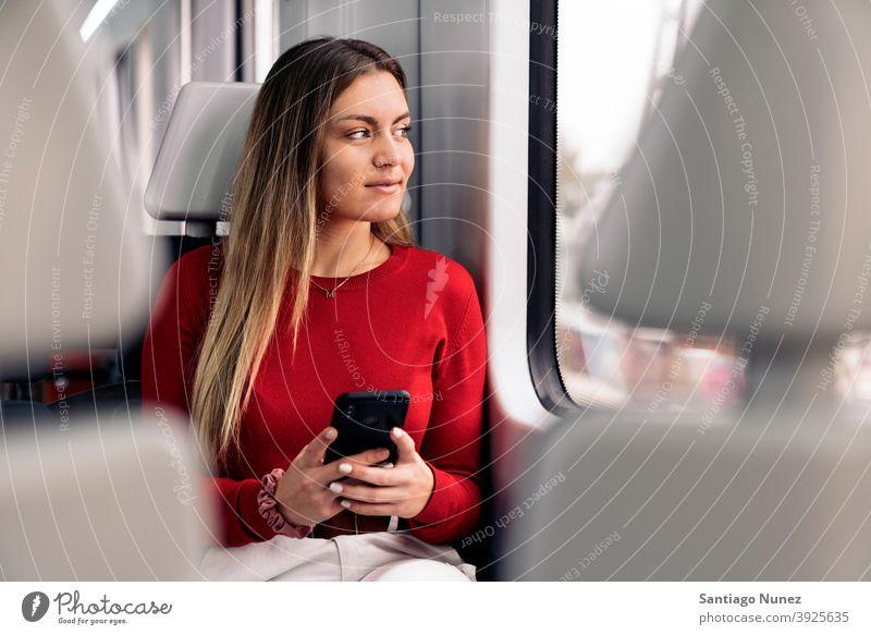 Junges blondes Mädchen im Zug reisend Porträt jung 20s Vorderansicht hübsch Telefon per Telefon Funktelefon Kaukasier Blick Stehen Frau Smartphone Reisender