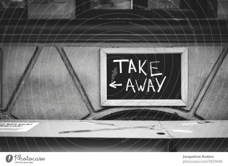 Take away Schild an einem Restaurant während des Lockdowns take away takeaway to go Gastronomie zum mitnehmen Abendessen Essen Essen zum Mitnehmen pandemie
